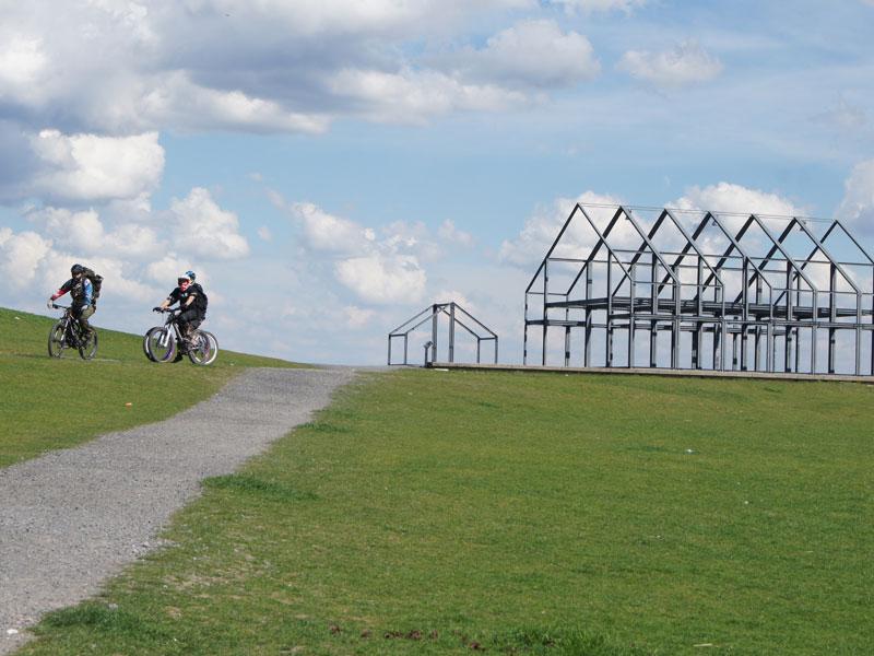 Montainbiker am Hallenhaus auf der Halde Norddeutschland