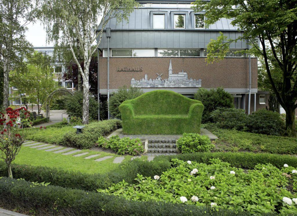 """Die """"Grüne Couch"""" vor dem Rathaus der Stadt Straelen."""