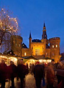 Kunsthandwerker-Weihnachtsmarkt vor der historischen Kulisse von Schloss Moyland