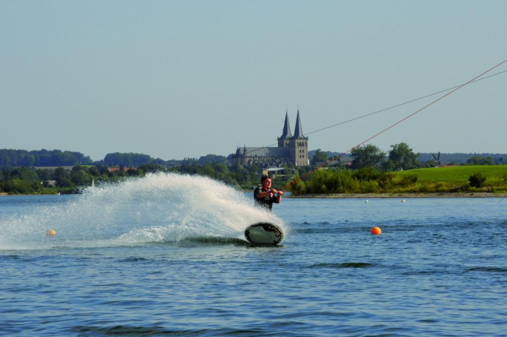 Wasserski auf Xantener Nordsee Foto NT Agentur Berns