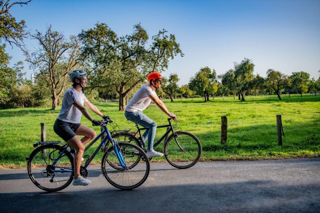 Das Bild zeigt 2 Radfahrer in dem Naturschutzgebiet Momm-Niederung