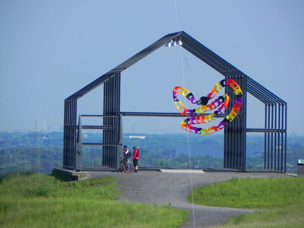 Drachen vor dem Hallenhaus auf der Halde Norddeutschland