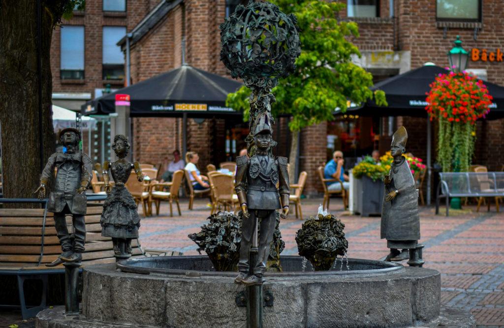 Ein Blick auf den Straelener Marktbrunnen mit Figuren.