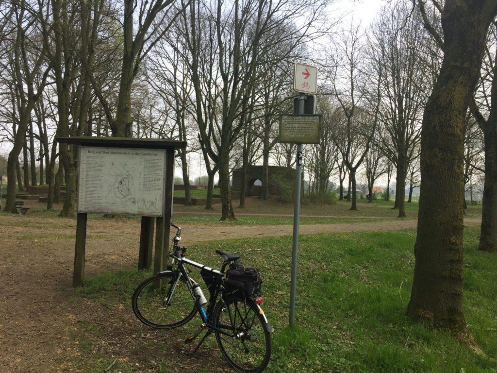 Verschnauf-Pause auf einer Radtour an der Burgruine Wachtendonk.